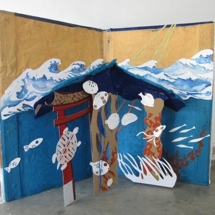 Photo. Printemps. Collage, et aquarelle. Décor de l'opéra miniature: Urashima Taro. Taille réelle: 120 cm/160 cm
